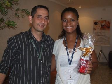 Sergio Cardone (analista de RH - Projeto PNEs) e Luana (premiada equipe PNEs Matriz)