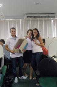 Luan Lenzi (Marketing filial Vitória) na ação de distribuição de brindes às mulheres