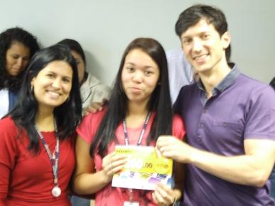 Vanessa Soares (RH), Natalia dos Santos Silva (contemplada Fábrica II) e Marcio Manincor (Superintendente de Crédito Imobiliário e Novos Negócios)