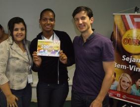 Daniela Neves (RH), Karina Santos Bispo (contemplada Fábrica II) e Marcio Manincor (Superintendente de Crédito Imobiliário e Novos Negócios)
