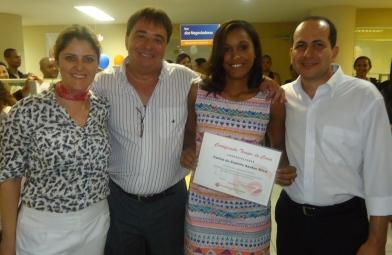 Adriana Mattos (Superintendente de RH), Alexandre Melhado (Diretor Executivo Adm. Financeiro), Carine Silva (recuperadora homenageada) e Joel Alves (gerente operacional filial Salvador I)