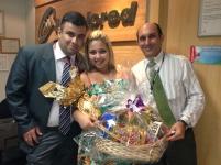 Luciano Perrin (gerente filial Goiânia), Nattasha Lorrany (premiada com o Kit Delícia na filial Goiânia) e Laercio Machado (coordenador filial Goiânia)