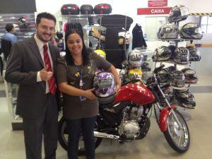 André Machado (Gerente filial Curitiba) e Aline Santana (recuperadora premiada com a moto)